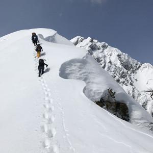 雪庇に気をつけながら、尾根を進む