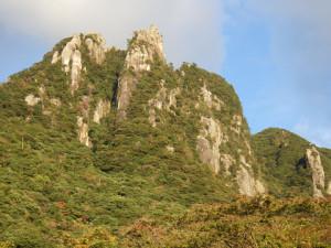 左から西尾根、西岩稜。最も高くみえるところが南峰。右端の小岩峰がサブマリンカンテ。