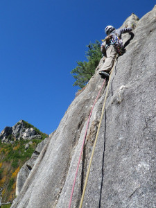 涸沢岩峰群2峰正面ルート 2P目 後方は仏壇岩