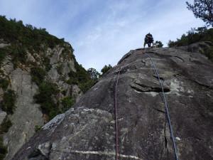 サブマリンカンテの中間部をリードで登るかみさん。