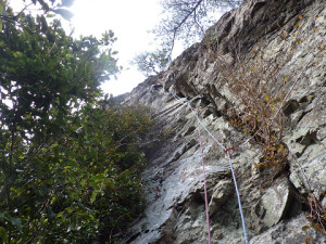 不行岳南東壁「弓状クラック右ルート」2P目の5.10aを登るH田