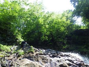 大滝登攀をするH田 残置のFIXロープが煩わしい