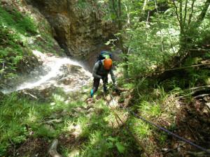 大滝を登り、終了点に近づくKU谷さん