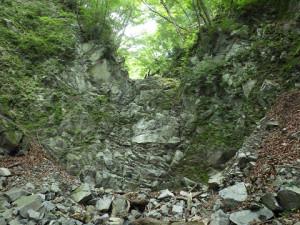 F9(15m)は見た目以上のボロボロの枯れ滝