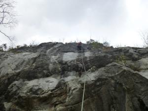 白嵓の岩場「道普請は慌てずに」5.10cをMOSで登るH田