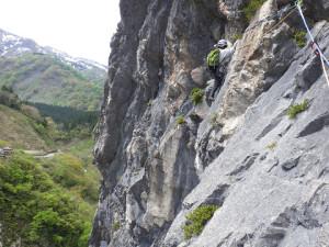 6P目 ウメボシ岩上部をトラバースするかみさん