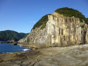 岬の方から見た神須ノ鼻 このような場所にもかかわらずたいへんな賑わいを呈していた