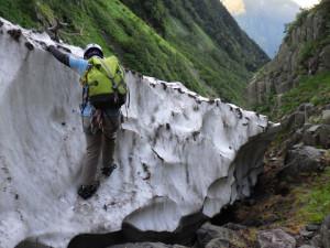 雪渓から接地点への乗り移り