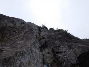 最終ピッチ5.7を登り切り、岩塔のピークに立つ