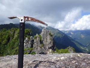 「上田さんのピッケル」から自分たちが登った岩塔を振り返る