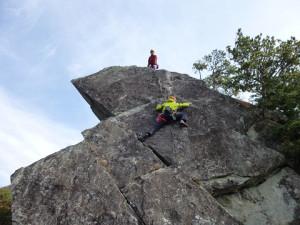 はさみ岩最終ピッチ5.8をフォローで登るK谷さん